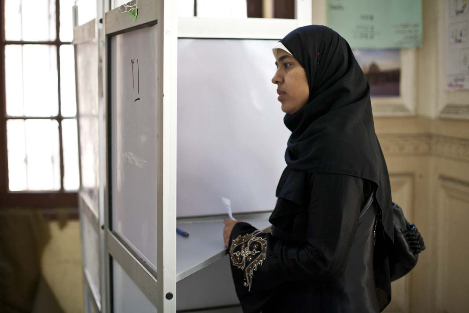Woman looking at the instruction for the vote in Abdeen_03
