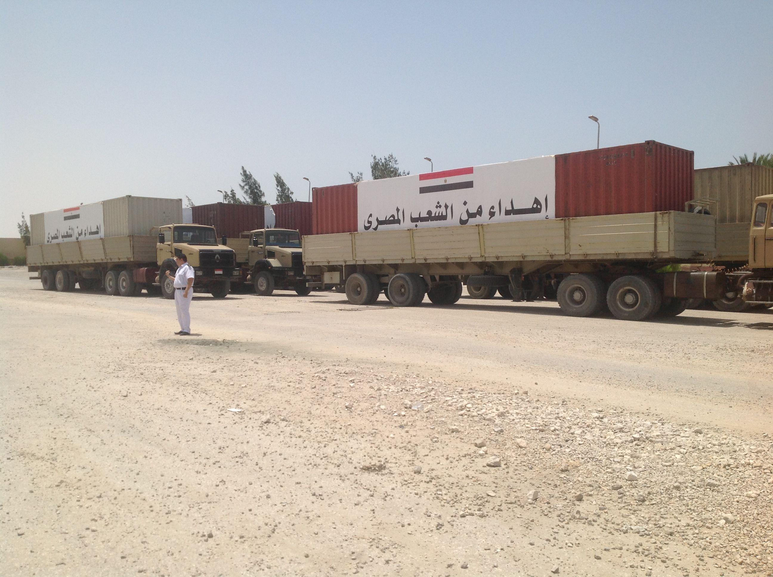 مواد إغاثة من الجيش المصري قبل عبورها معبر رفح في طريقها لقطاع غزة