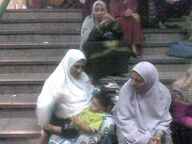 عائشة مع زميلاتها في أحد الاعتصامات داخل اتحاد العمال