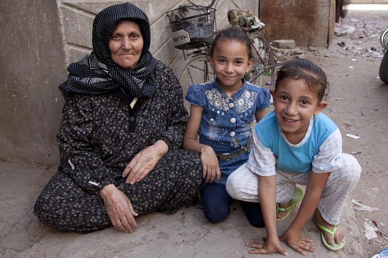 الحاجة سنية وأقاربها الصغار أمام منزلها في سرسو