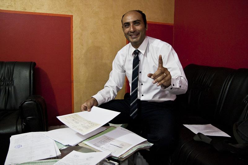 المحامي وائل غالي في مكتبه بالمنصورة