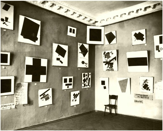 صورة من معرض 0.10 الذي تم تقديمه في مكتب دوبيشينا للفن في مارسوفو بول في بتروجراد، روسيا، من 1915-1971، المصدر: ويكي ميديا كومنز.