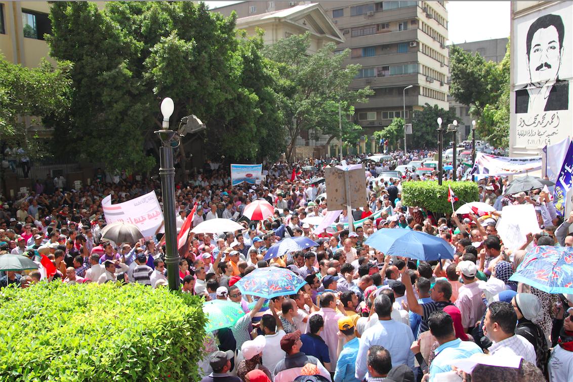 الموظفون المعترضون على قانون الخدمة المدنية
