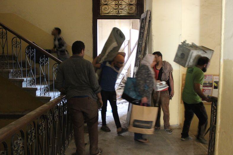 السكان يخلون المبنى يوم 11 أبريل