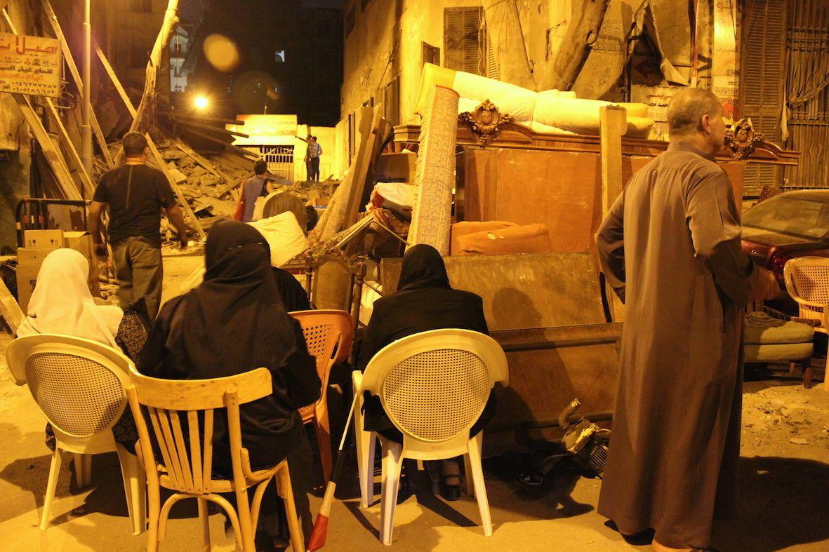 سكان عمارة 10 بشارع النبراوي يبيتون في العراء يحرسون ممتلكاتهم بعد الإخلاء، 11 أبريل
