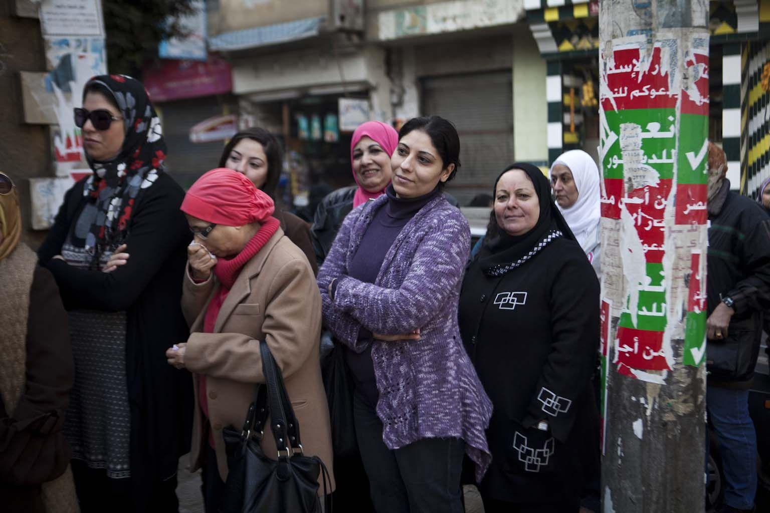 Women lining up to vote in Mounira_01