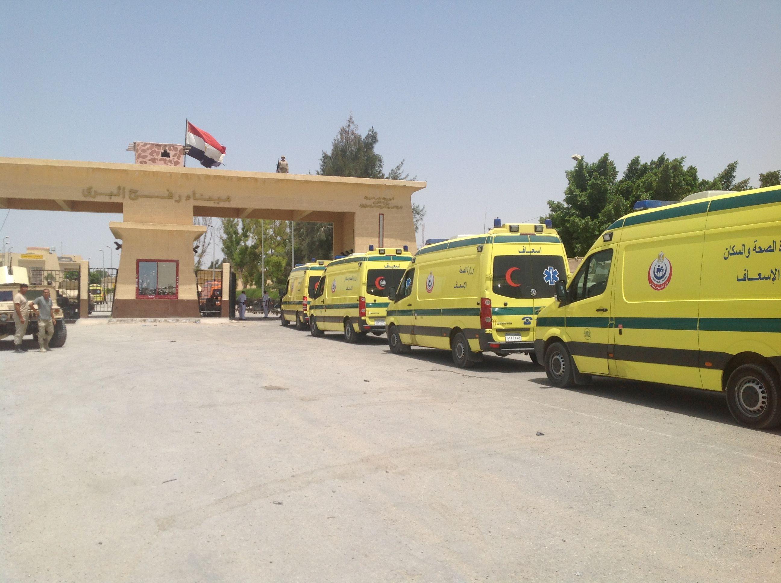 سيارات الإسعاف المصرية أمام معبر رفح في انتظار جرحى غزة