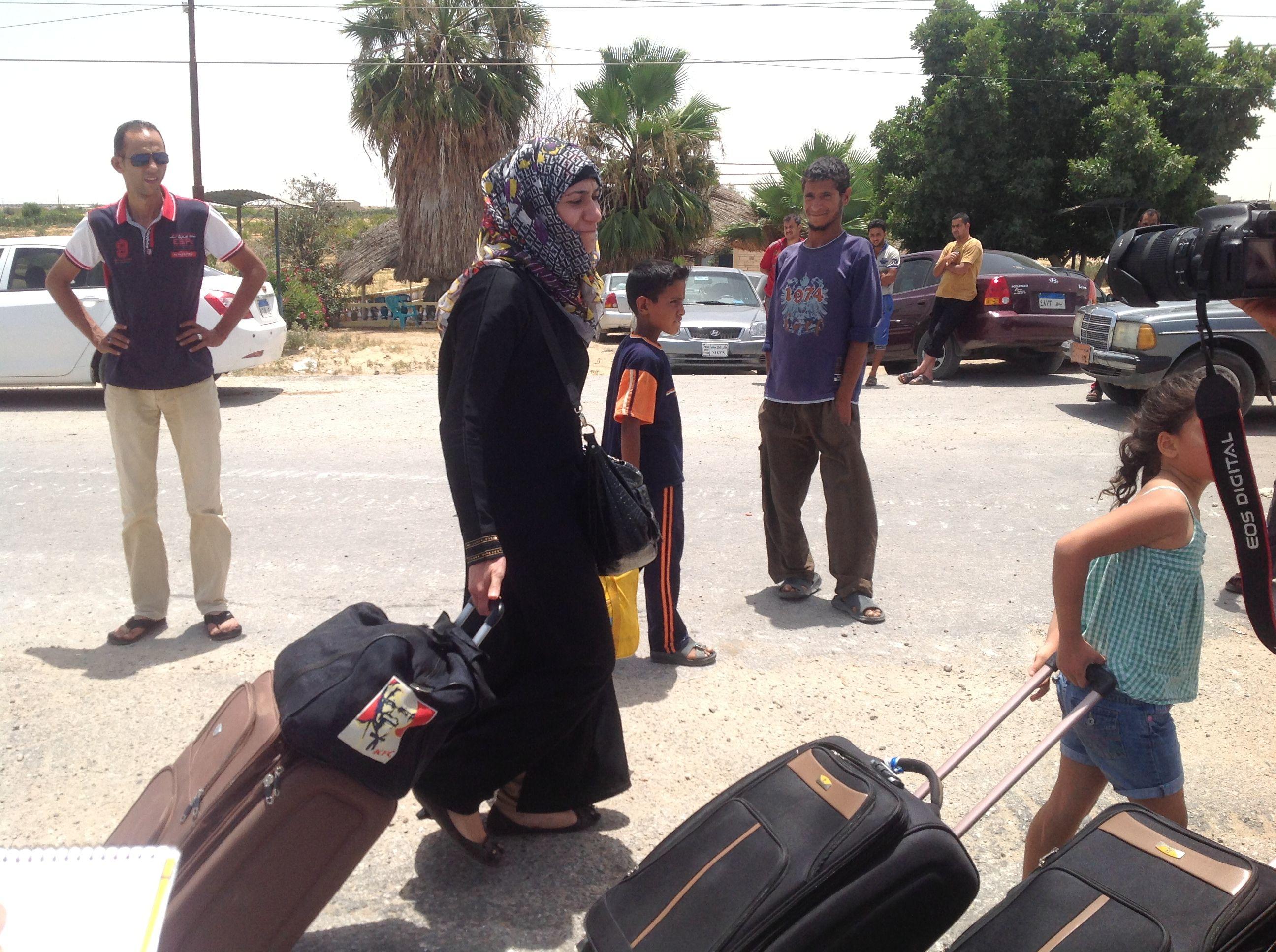 مواطنة مصرية تبكي عقب عبورها معبر رفح قادمة من غزة