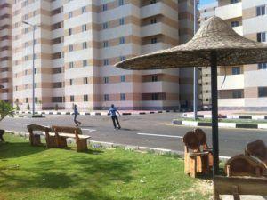 أطفال يلعبون الكرة في شوارع بشائر الخير