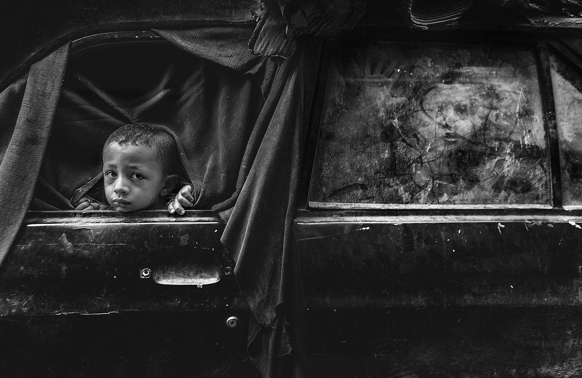 Děti si hrají v opuštěném autě / Ahmed Abdel Hady.